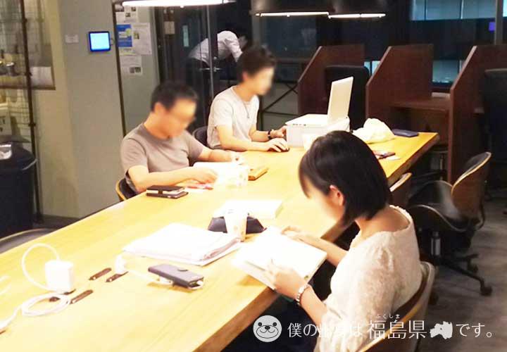 勉強カフェで勉強中の方々