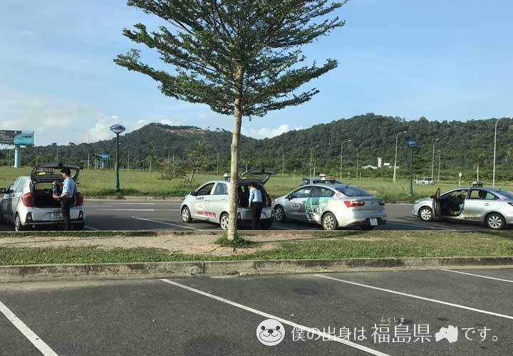 駐車場のタクシー