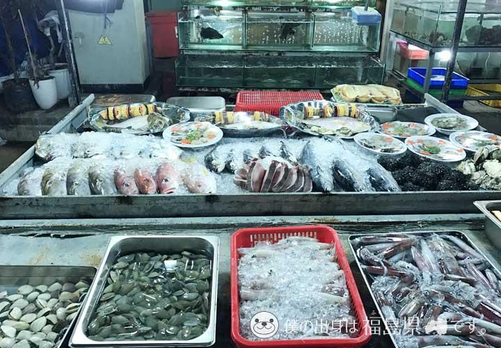 ナイトマーケットで売られている魚介類