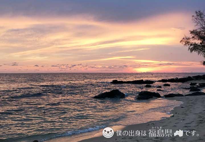 橙色の空と透明度抜群な海