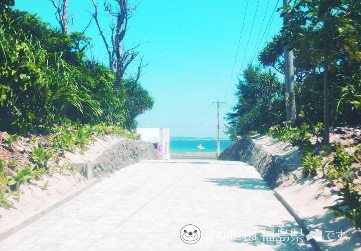 沖縄水納島の海へ続く道