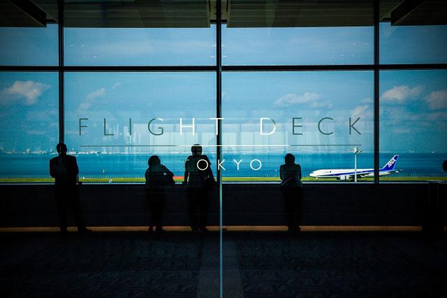 空港のロビーの写真