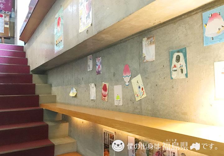 階段に掲示されたポスターなど