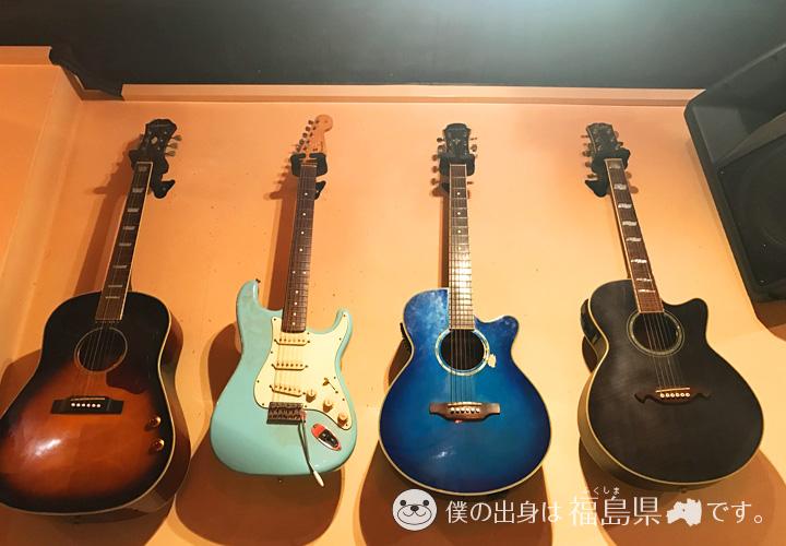 壁にかけられたギター