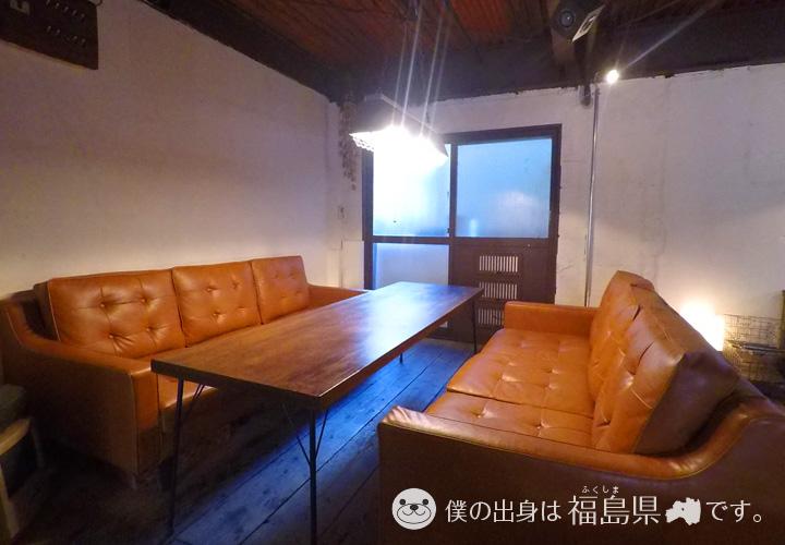 奥の巨大ソファー席