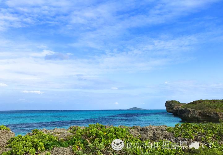 真っ青な海とくじら岩