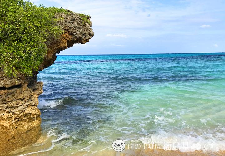 岩と真っ青な海
