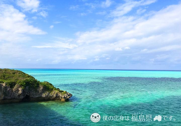 真っ青な海と岩