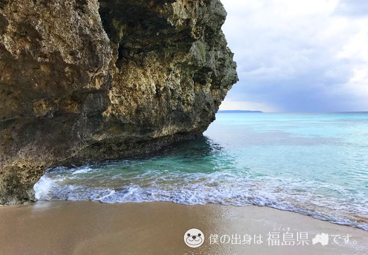 透明度の高い海と岩
