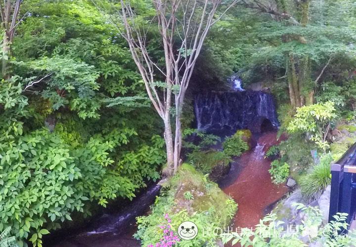 庭園内の小川