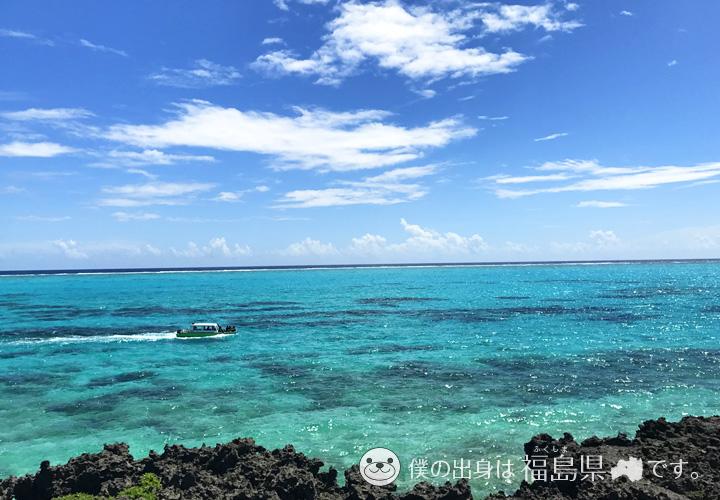 与論島の海とフェリー