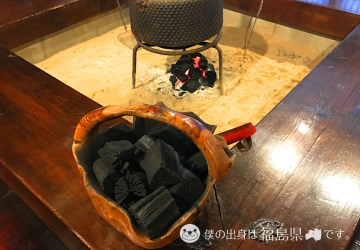 ロビーの囲炉裏と木炭