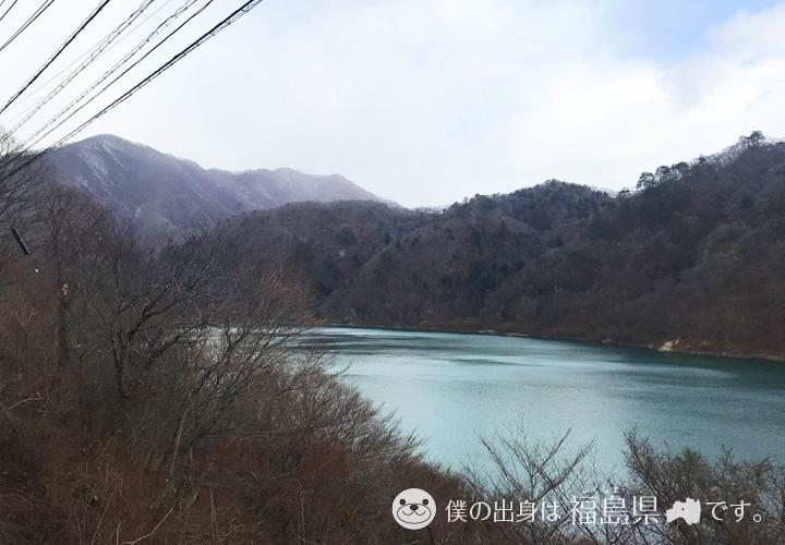 ダムと山が広がる景色