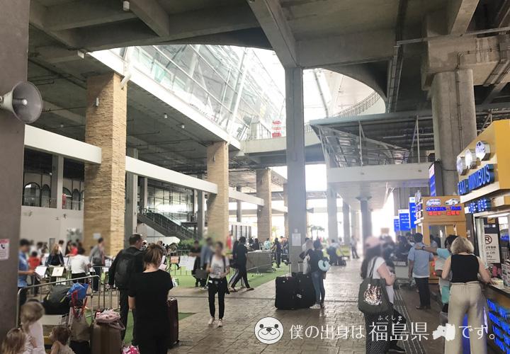 賑やかなプーケット国際空港